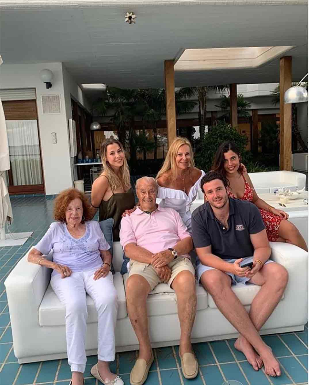 Ana Obregón con su hijo Alex Lequio y sus padres © Instagram
