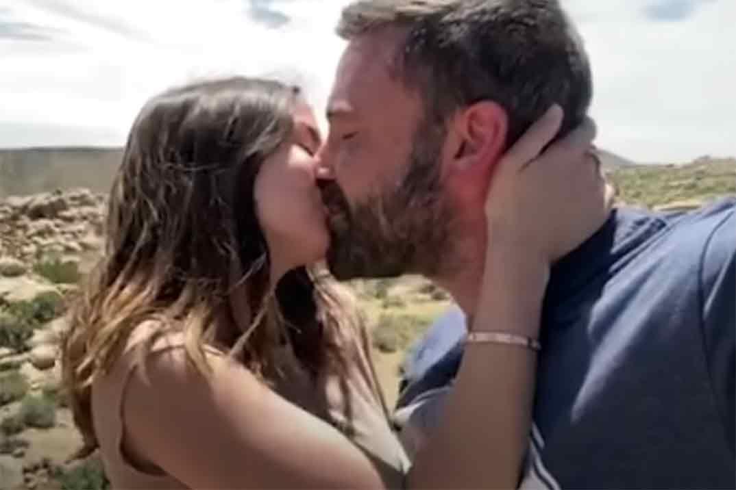 El apasionado beso de Ana de Armas y Ben Affleck en el nuevo videoclip de Residente
