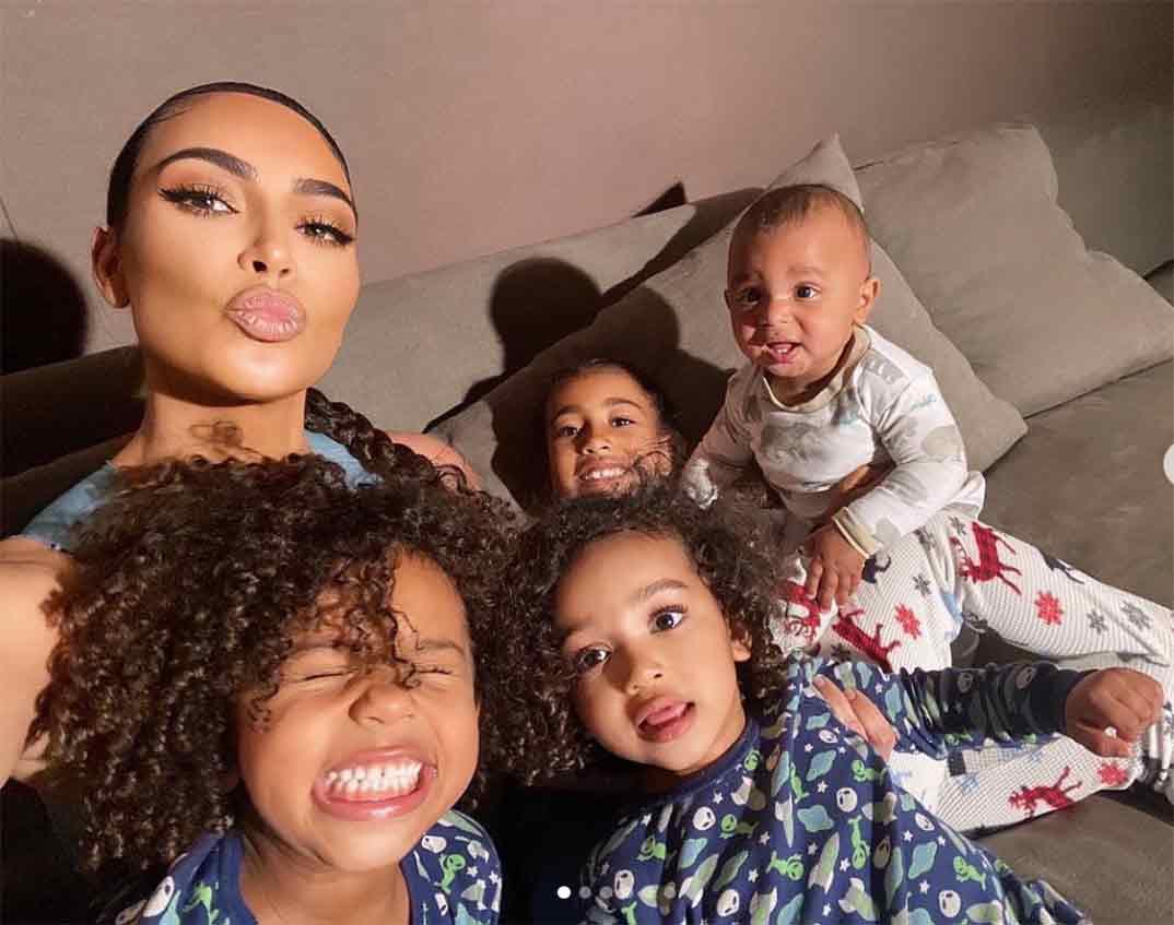 Kim Kardashian y con sus cuatro hijos © Instagram