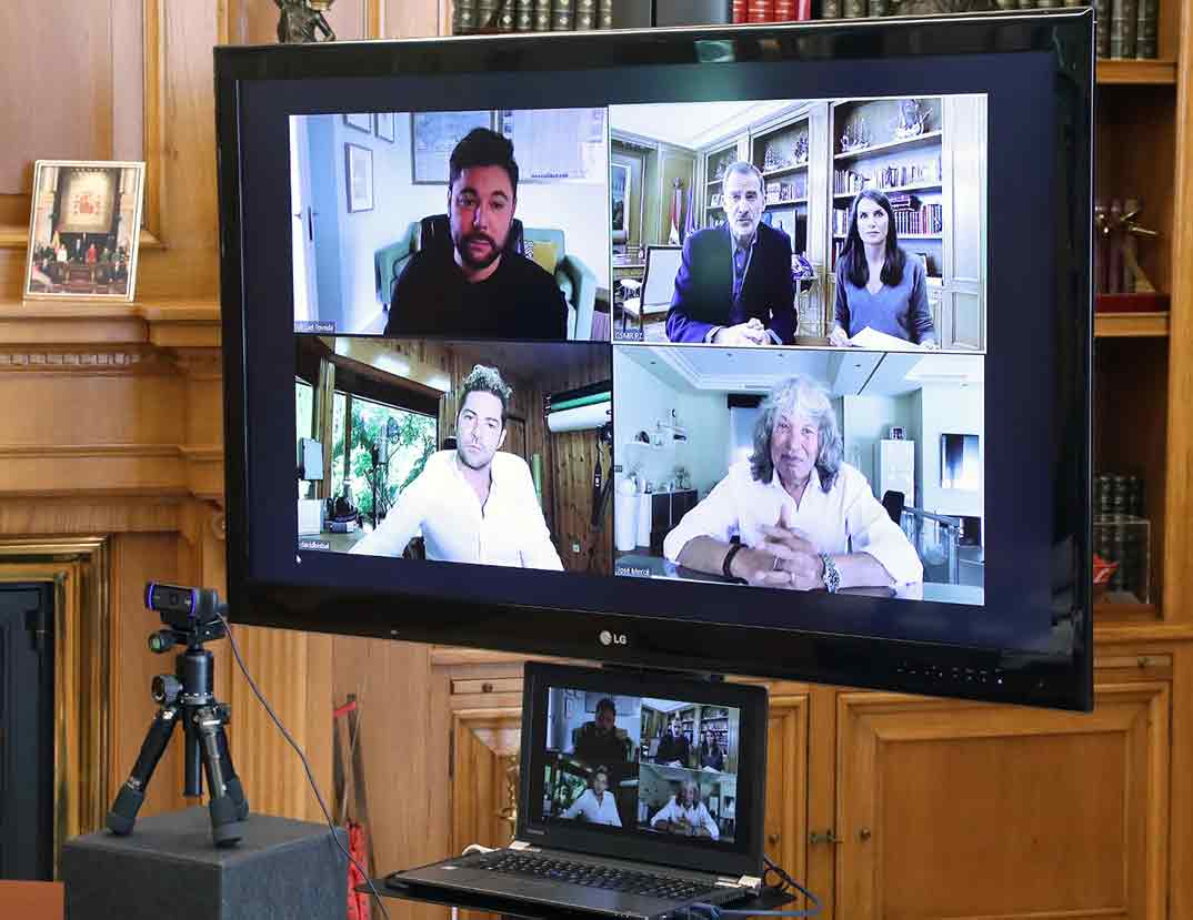 Reyes Felipe y Letizia durante el desarrollo de la videoconferencia con los representantes de la música española© Casa S.M. El Rey