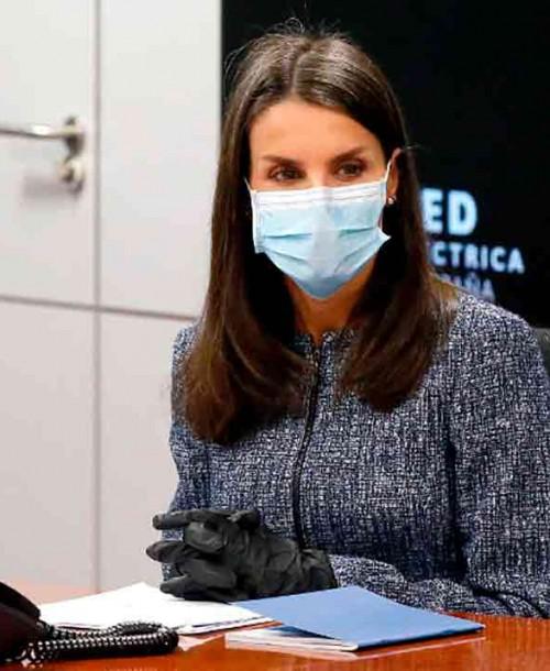 Con guantes y mascarilla, la reina Letizia sale de nuevo de Zarzuela