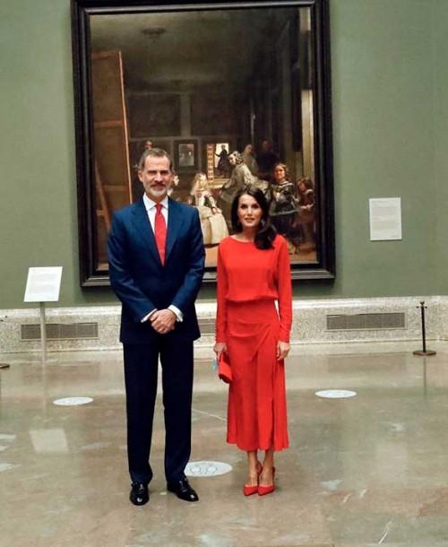 La reina Letizia incorpora un nuevo vestido rojo a su vestidor