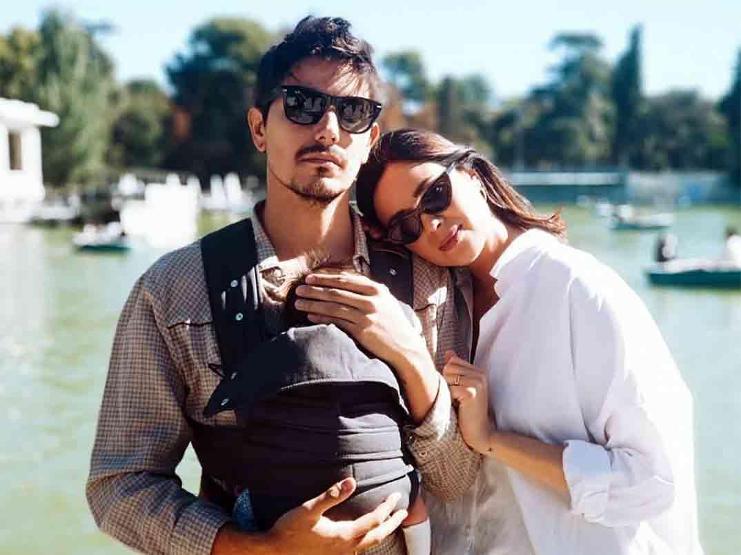 Dafne Fernández y Mario Chavarría con su pequeño Jon © Instagram