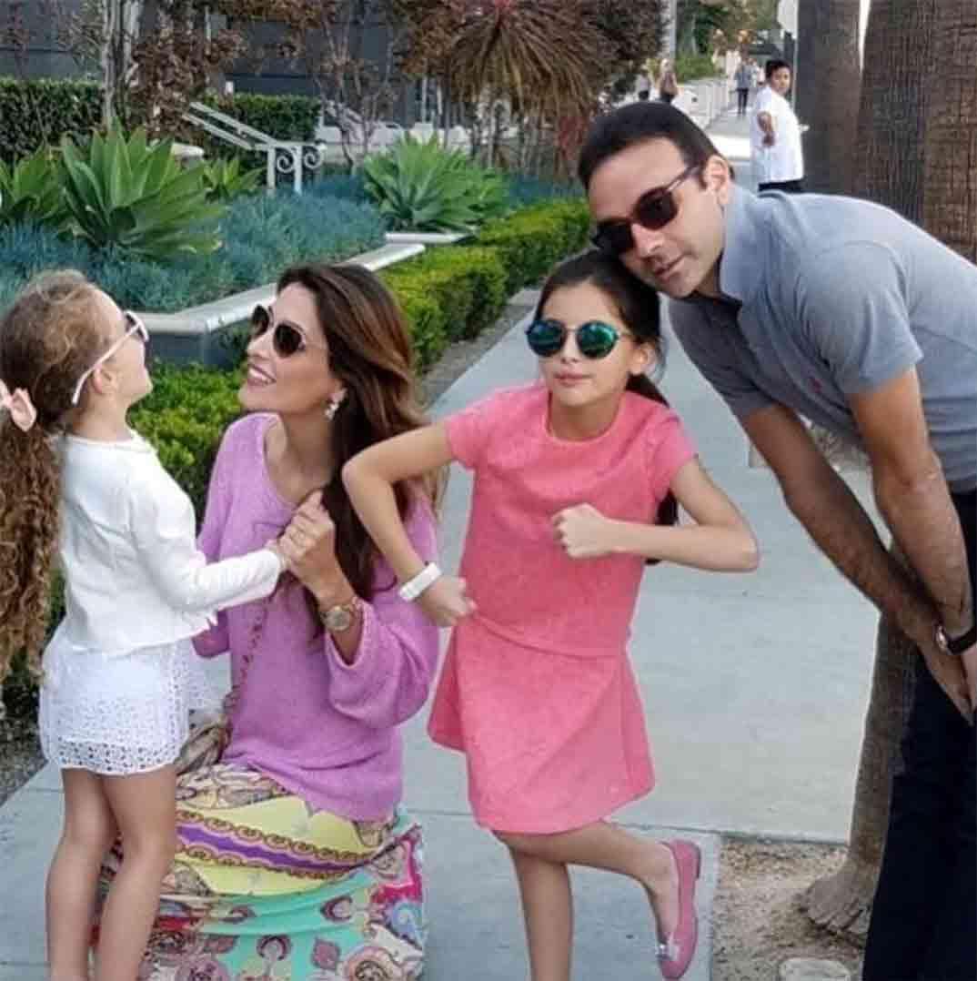 Enrique Ponce y Paloma Cuevas con sus hijas © Redes Sociales