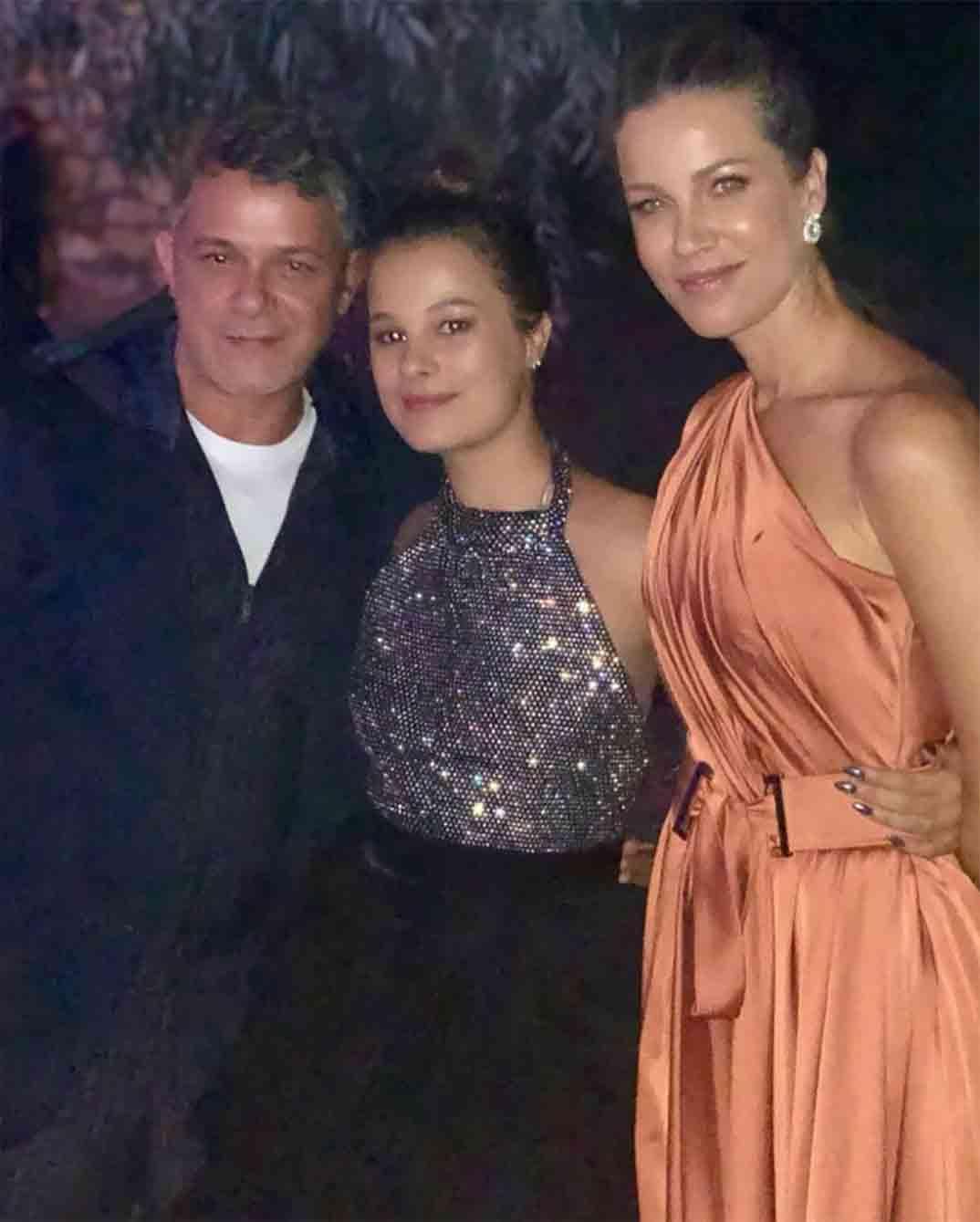 Manuela con sus padres Alejandro Sanz y Jaydy Michel © Instagram