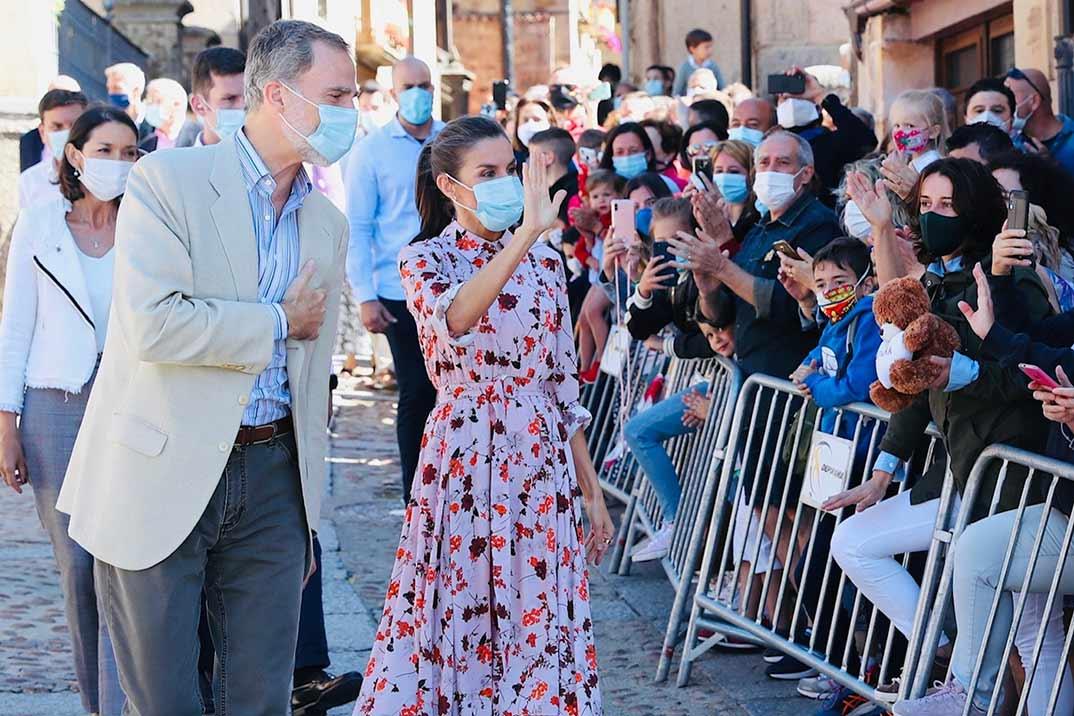 La combinación perfecta de la reina Letizia: vestido midi con estampado floral y alpargatas