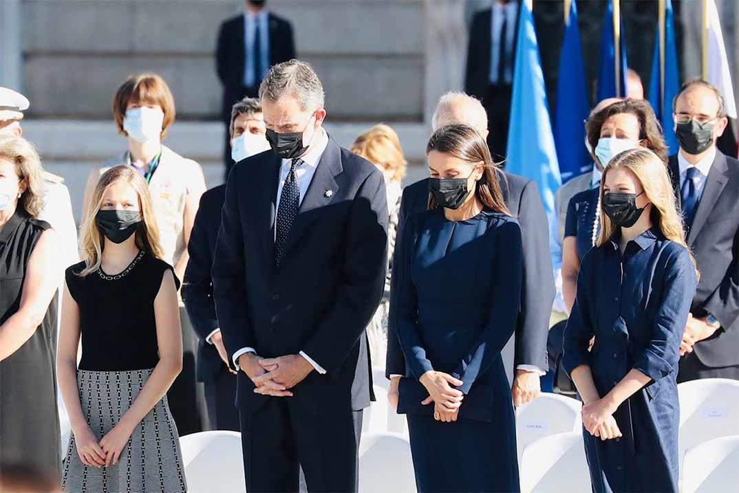 Los Reyes y sus hijas en el homenaje a las víctimas por Covid-19