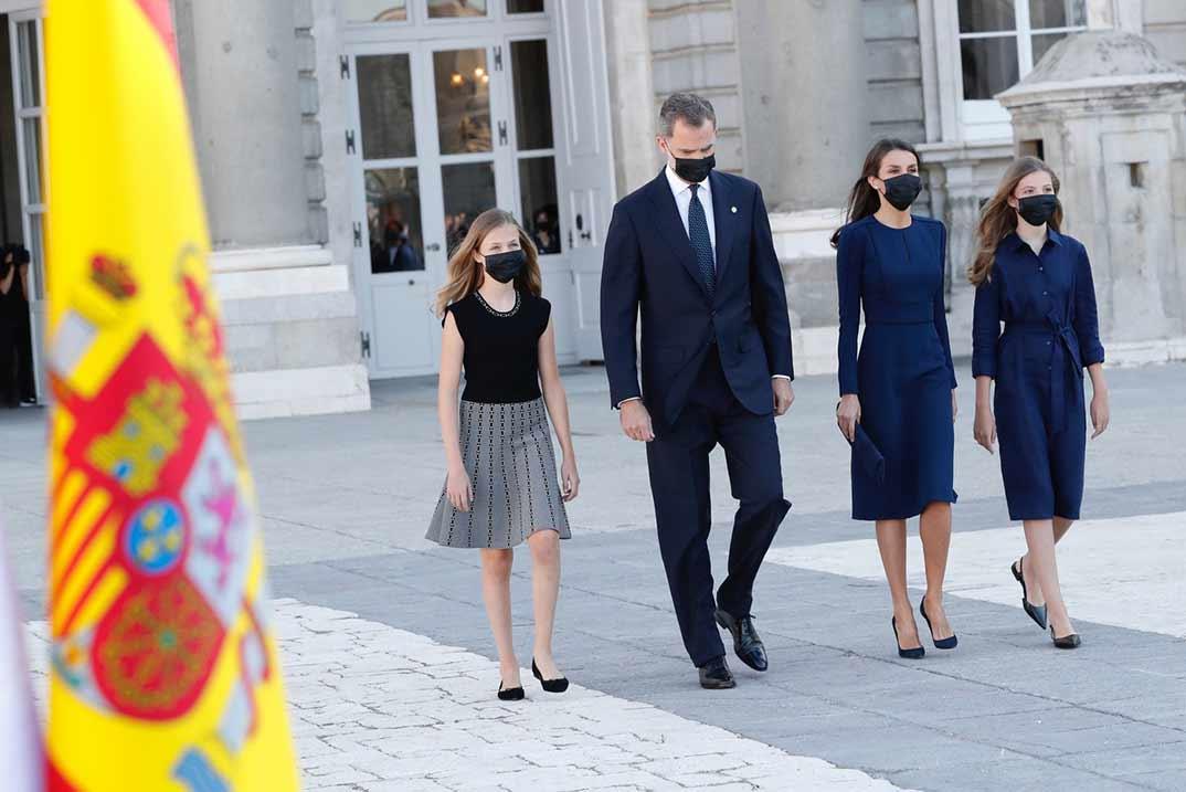 Reyes Felipe y Letizia con sus hijas - Homenaje víctimas Covid-19 - Casa S.M. El Rey