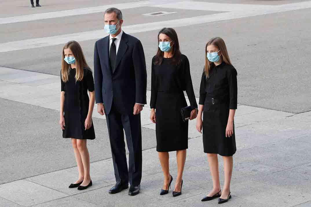 Los Reyes y sus hijas en el funeral por las víctimas del Covid-19