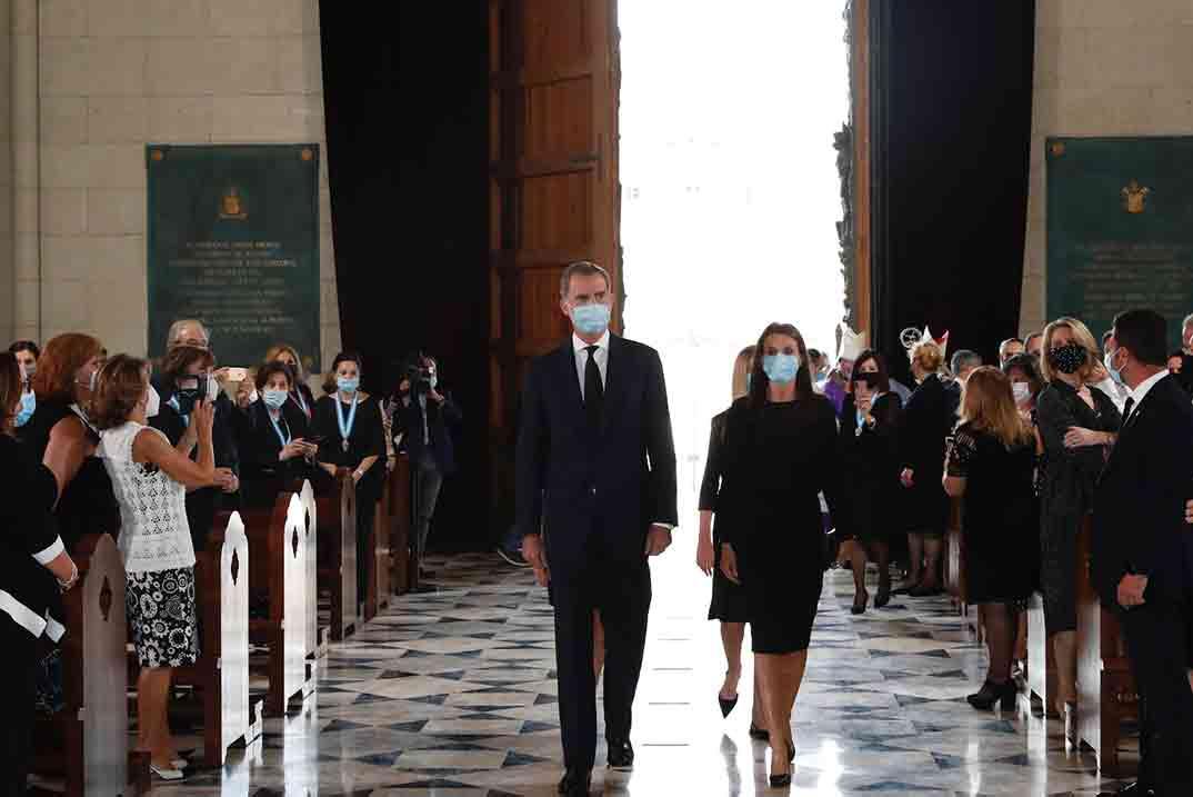 Reyes Felipe y Letizia con la princesa Leonor y la infanta Sofía - Funeral víctimas Covid-19 © Casa S.M. El Rey