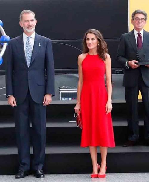 La reina Letizia vuelve a triunfar con su misterioso vestido rojo