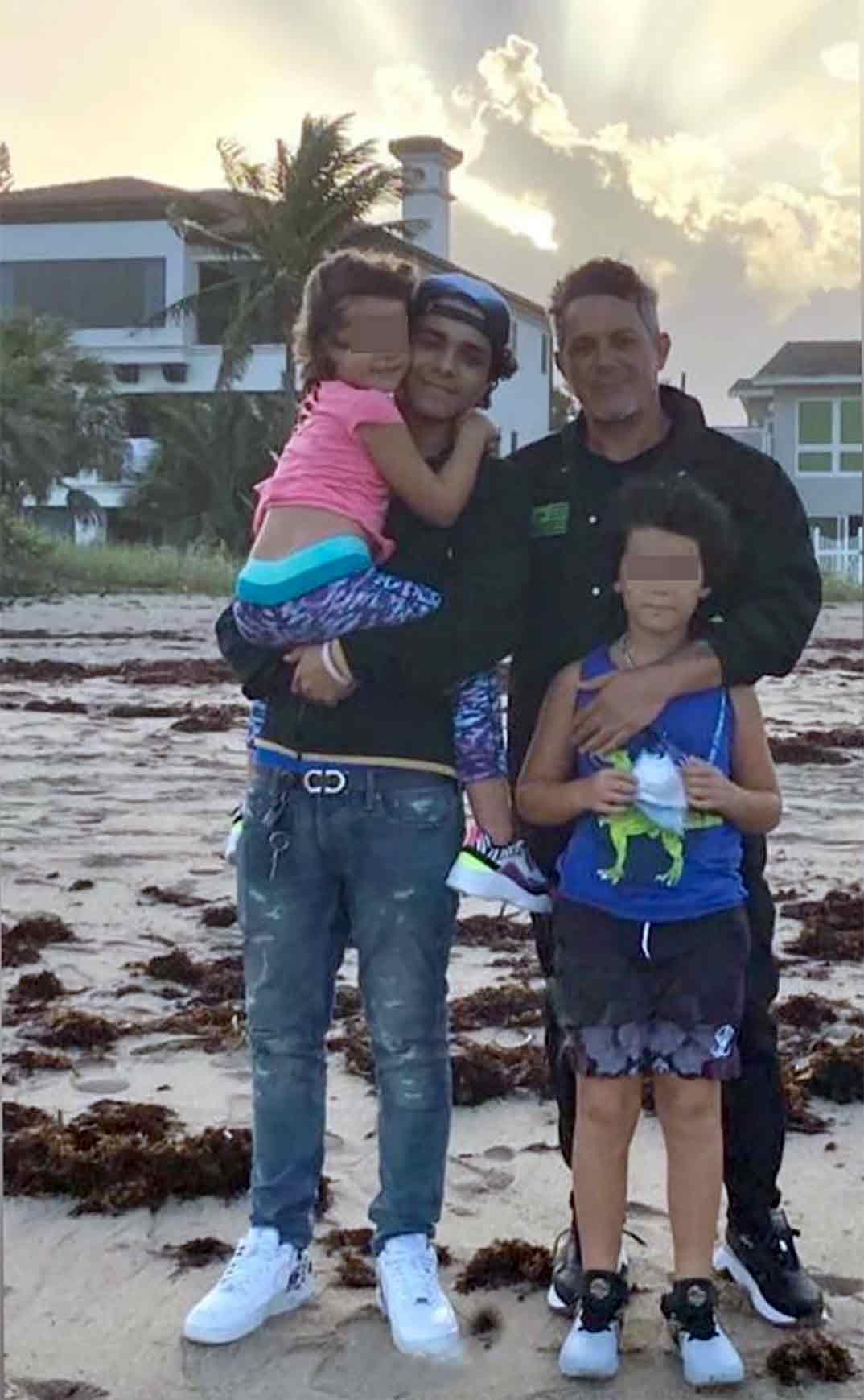 Alejandro Sanz con sus hijos © Redes Sociales