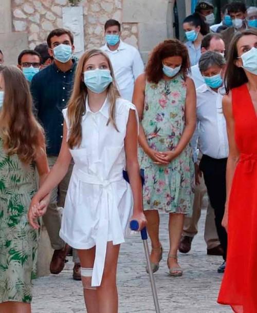 La infanta Sofía, con muletas y una venda, su accidentado estreno en Mallorca