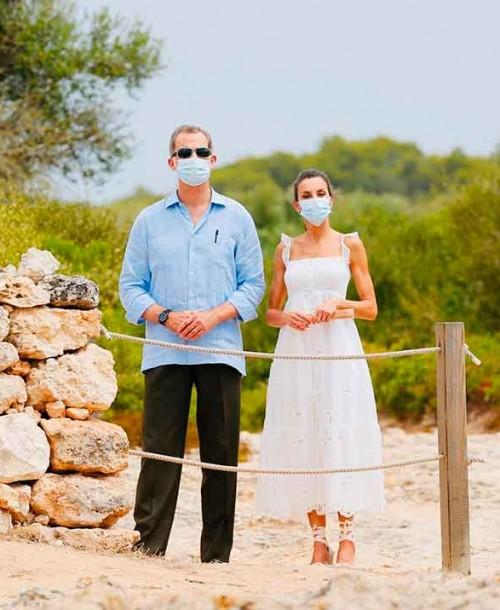 El look «ibicenco» de la reina Letizia para visitar Menorca
