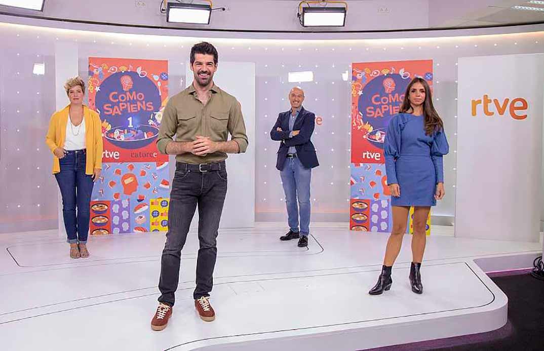 Miguel Ángel Muñoz junto a los colaboradores de 'Como Sapiens': Tania Llasera, Urrechu y Elena Furiase © RTVE