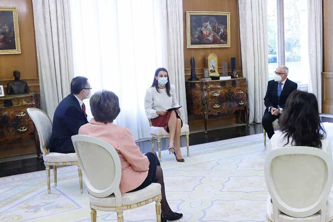 La falda midi, la nueva apuesta de la reina Letizia
