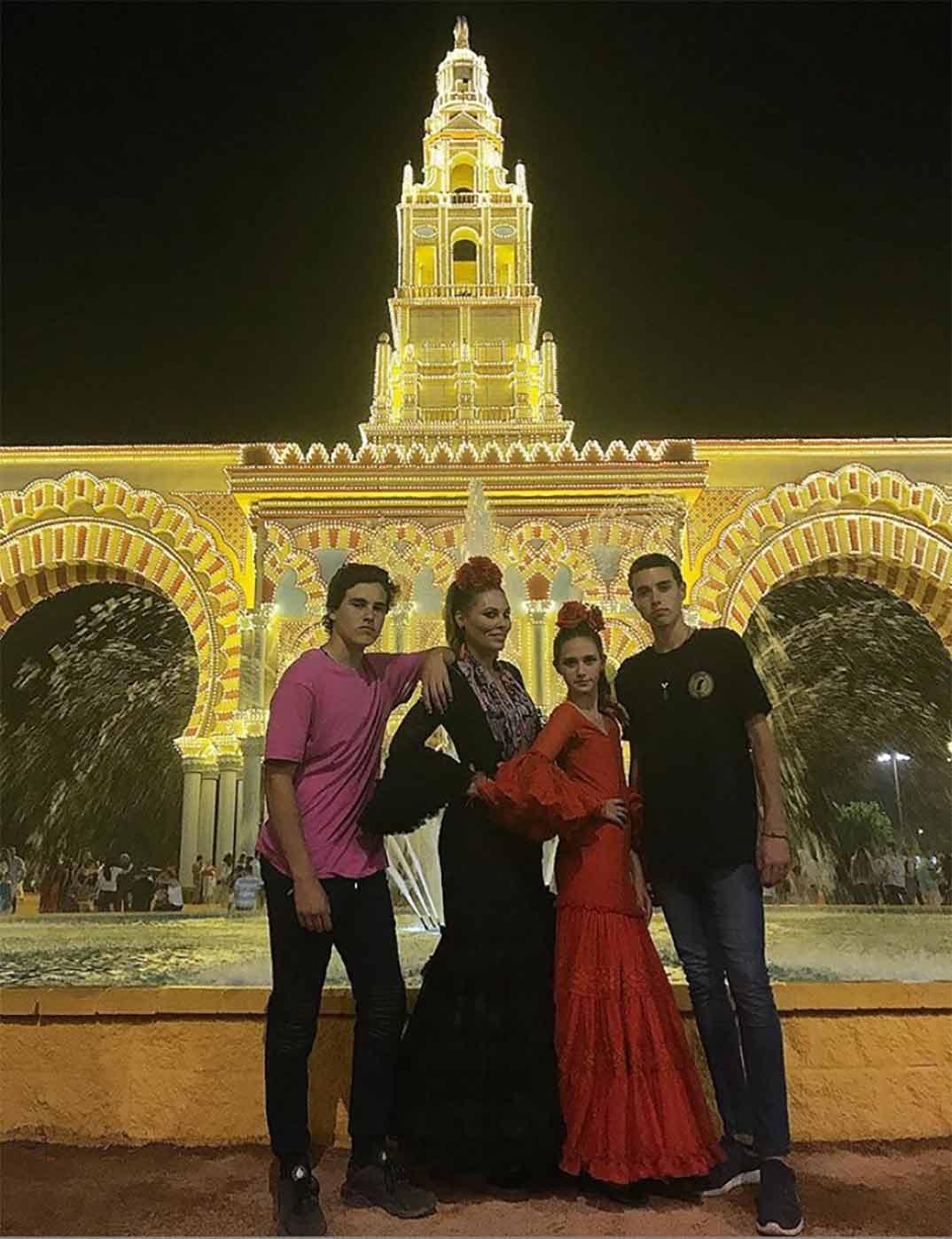 Raquel Rodríguez con sus tres hijos © Instagram