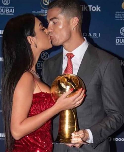 Cristiano Ronaldo, acompañado de una espectacular Georgina, recibe el premio al mejor jugador del siglo