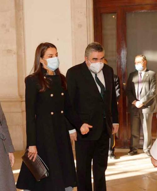 La reina Letizia rescata de su vestidor su abrigo negro más ideal