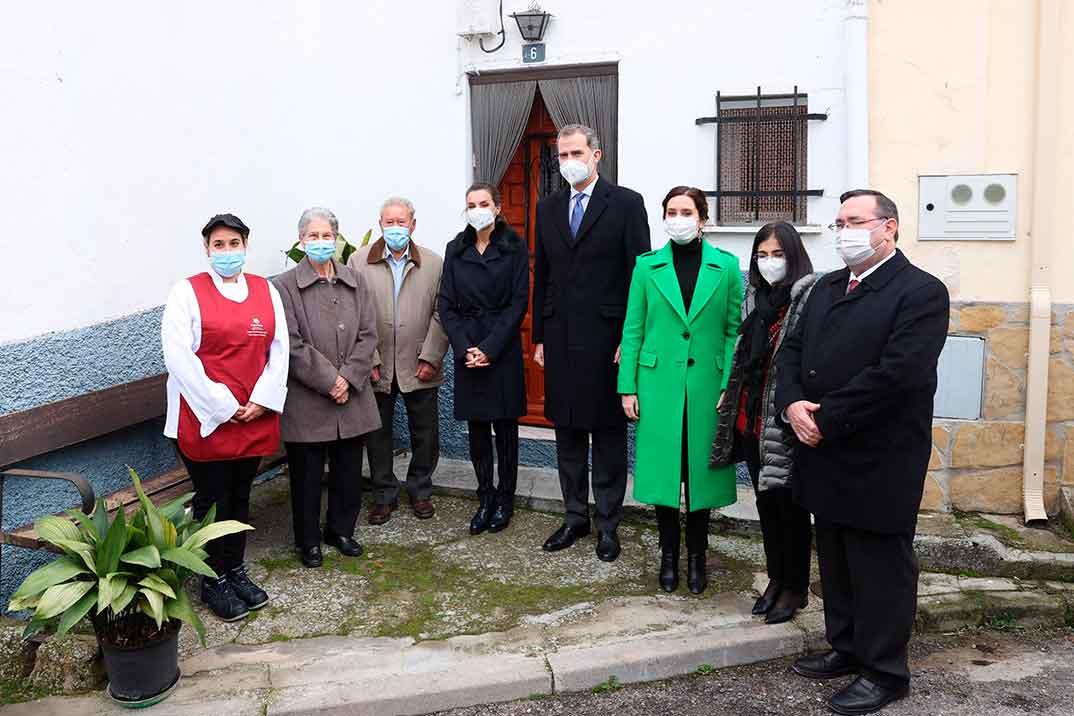 Los reyes Felipe y Letizia con mayores dependientes en Brea de Tajo  © Casa S.M. El Rey