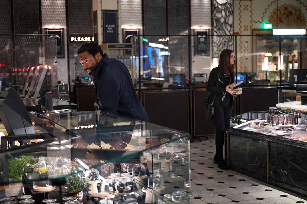 Anne Hathaway y Chiwetel Ejiofor - Confinados © HBO España
