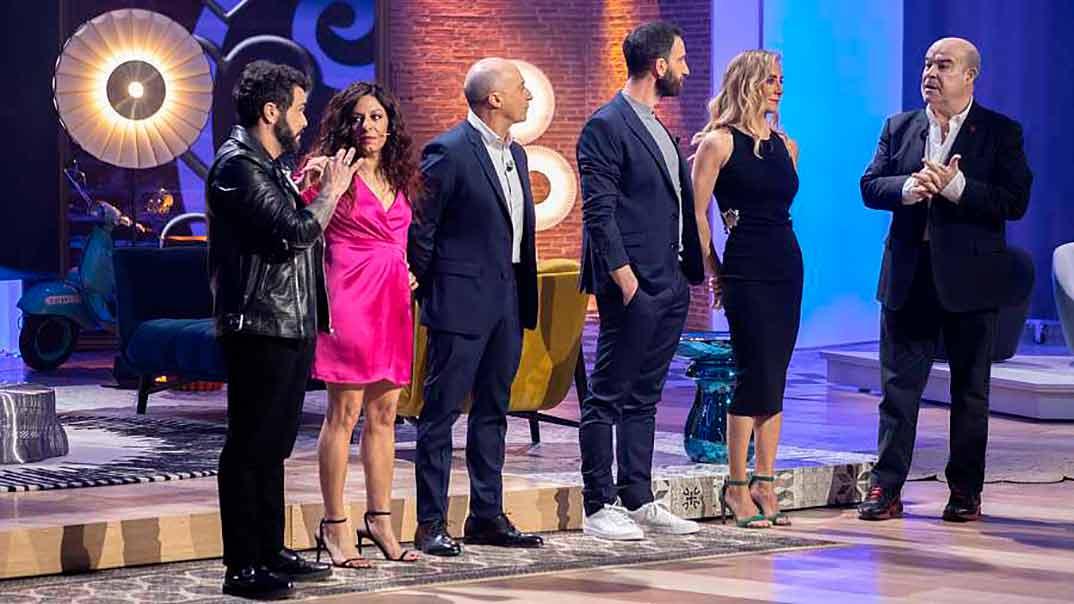 Dani Rovira con colaboradores en el plató de 'La noche D' © RTVE