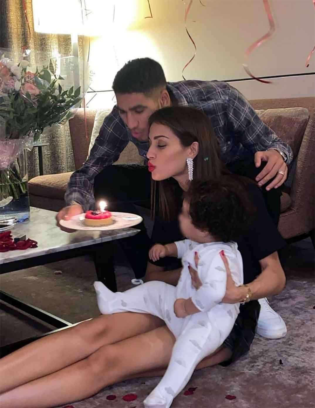 Hiba Abouk y Achraf Hakimi con el pequeño Amín © Instagram