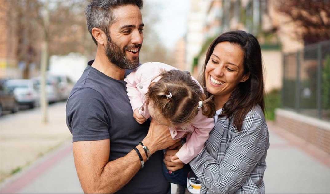 Roberto Leal y Sara Rubio con su hija Lola © Instagram