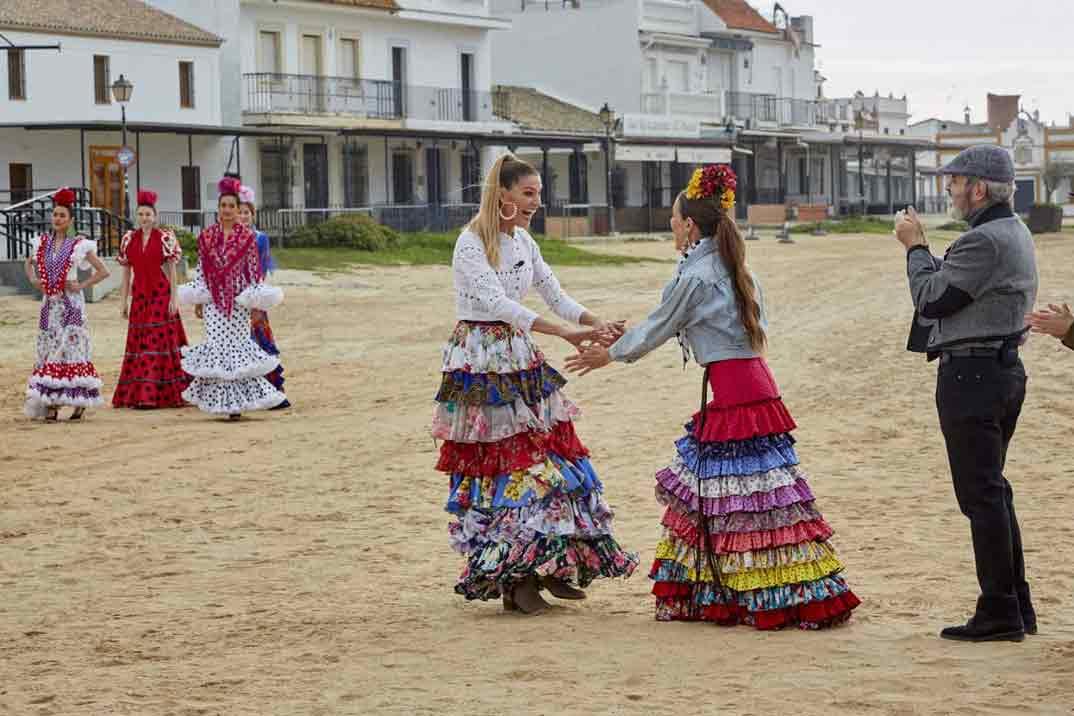 """""""Maestros de la costura"""" viaja a El Rocío para sumergirse en la moda flamenca"""