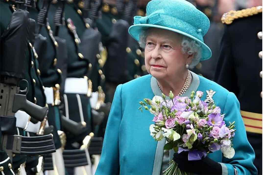 """La reina Isabel II rompe su silencio y asegura estar """"preocupada"""" por los duques de Sussex"""