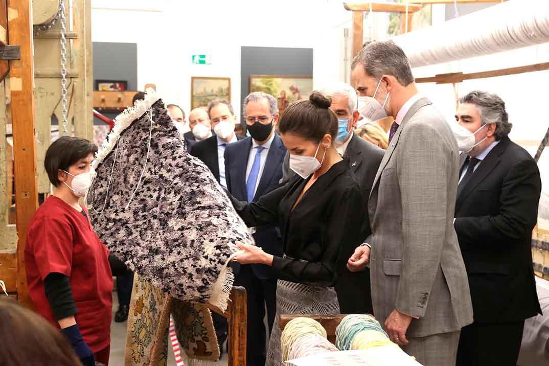 Los Reyes conjuntan sus estilismos para visitar la Real Fábrica de Tapices