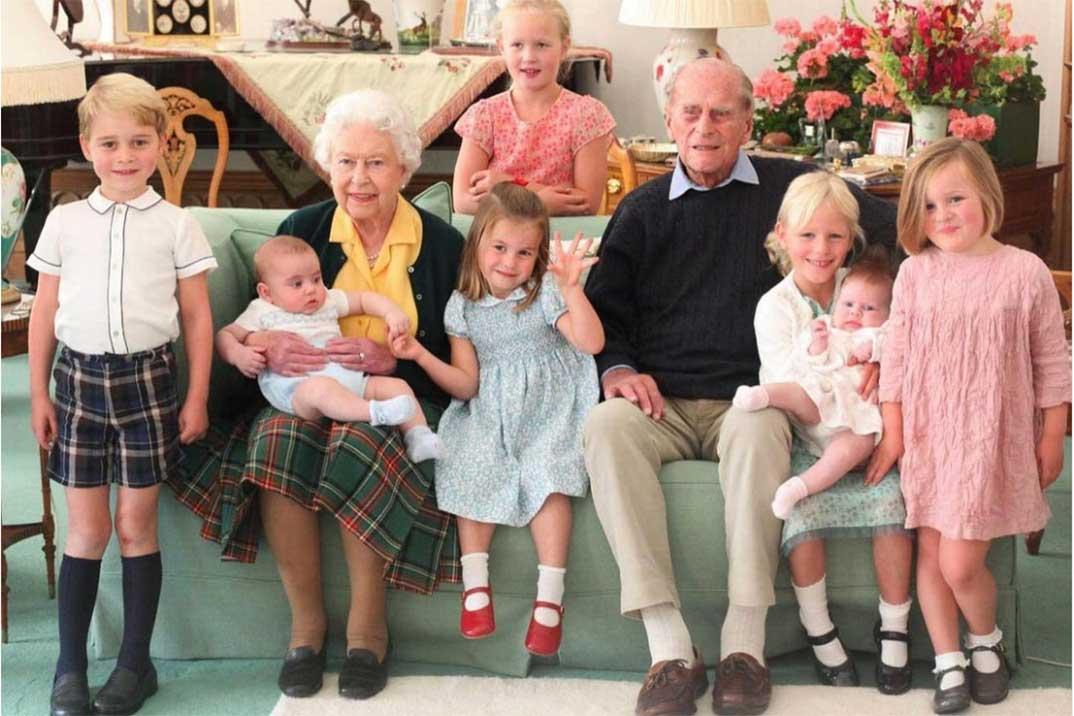 La entrañable, e inédita, foto familiar de Felipe de Edimburgo con sus bisnietos