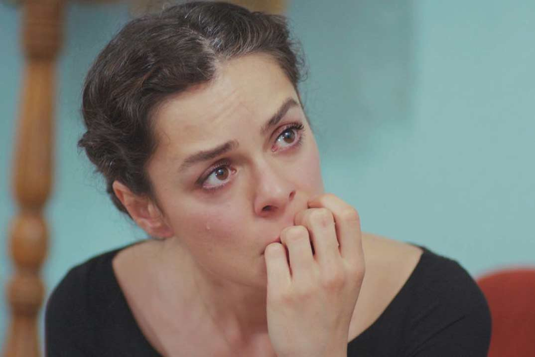 «Mujer» Capítulo 63: Bahar descubre al fin las fotos de Sarp con Sirin