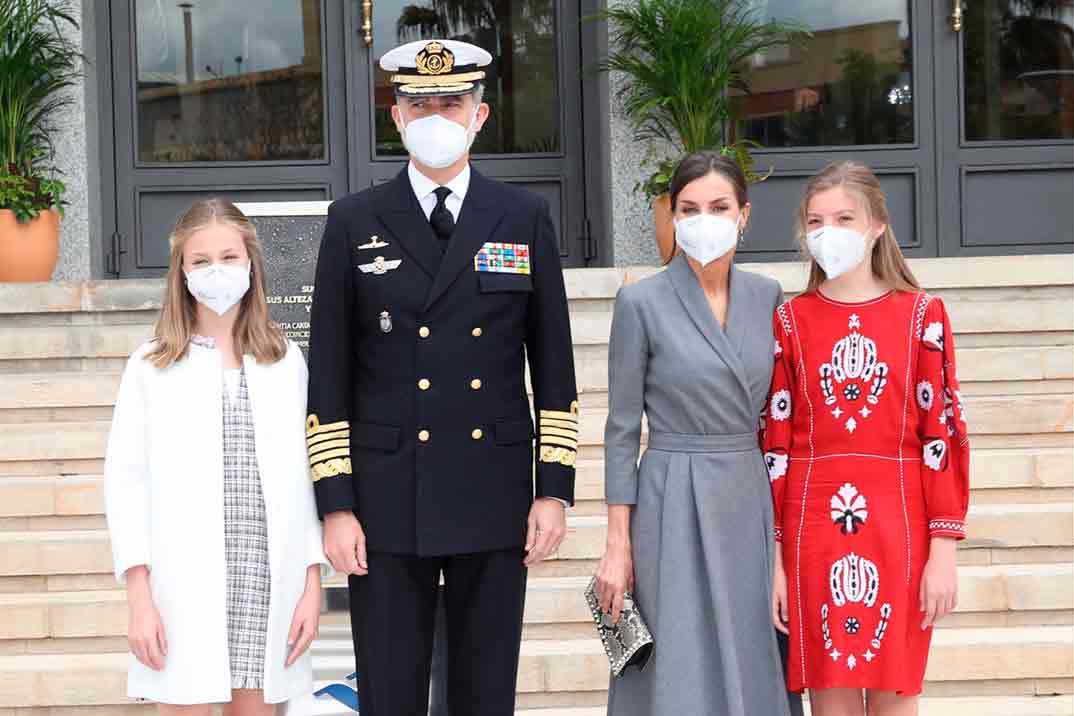 Los looks primaverales de la reina Letizia y sus hijas en Cartagena