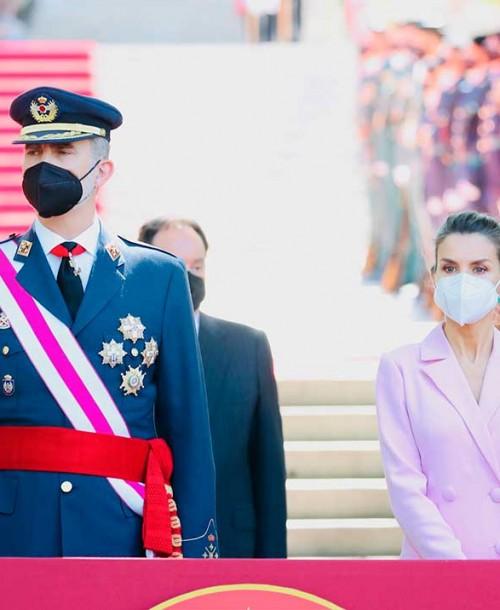 """La reina Letizia """"copia"""" el estilismo de Kate Middelton con un vestido-blazer rosa"""