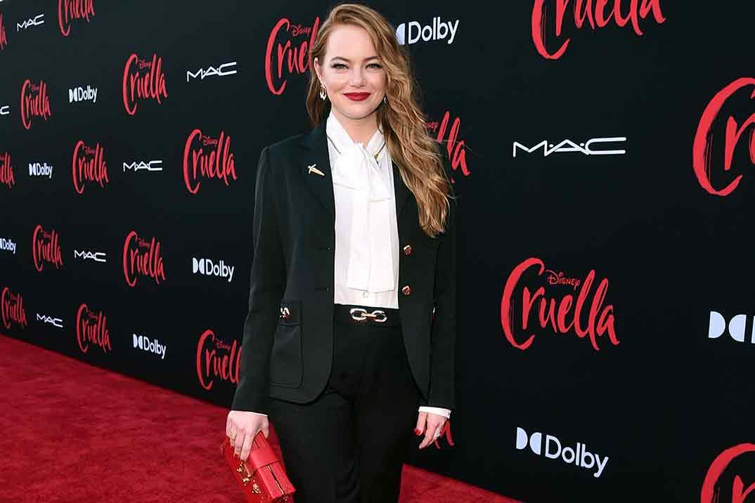 """Emma Stone brilla en la presentación de """"Cruella"""" con un traje perfecto"""
