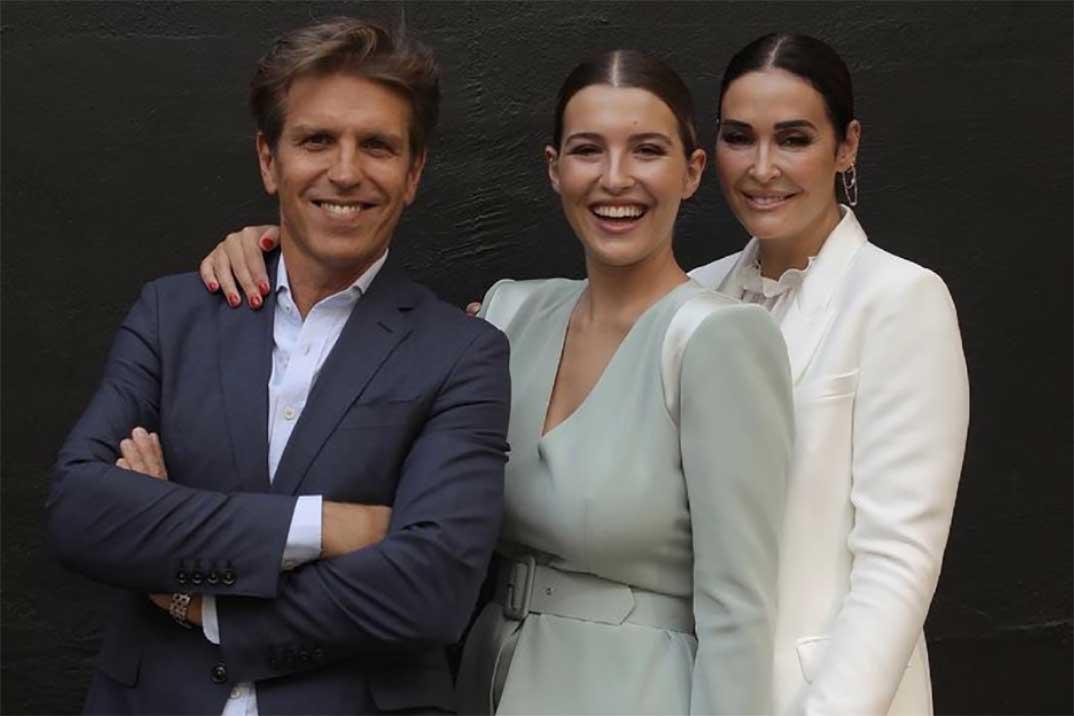Alba Díaz reúne a sus padres, el Cordobés y Vicky Martín Berrocal, por su graduación
