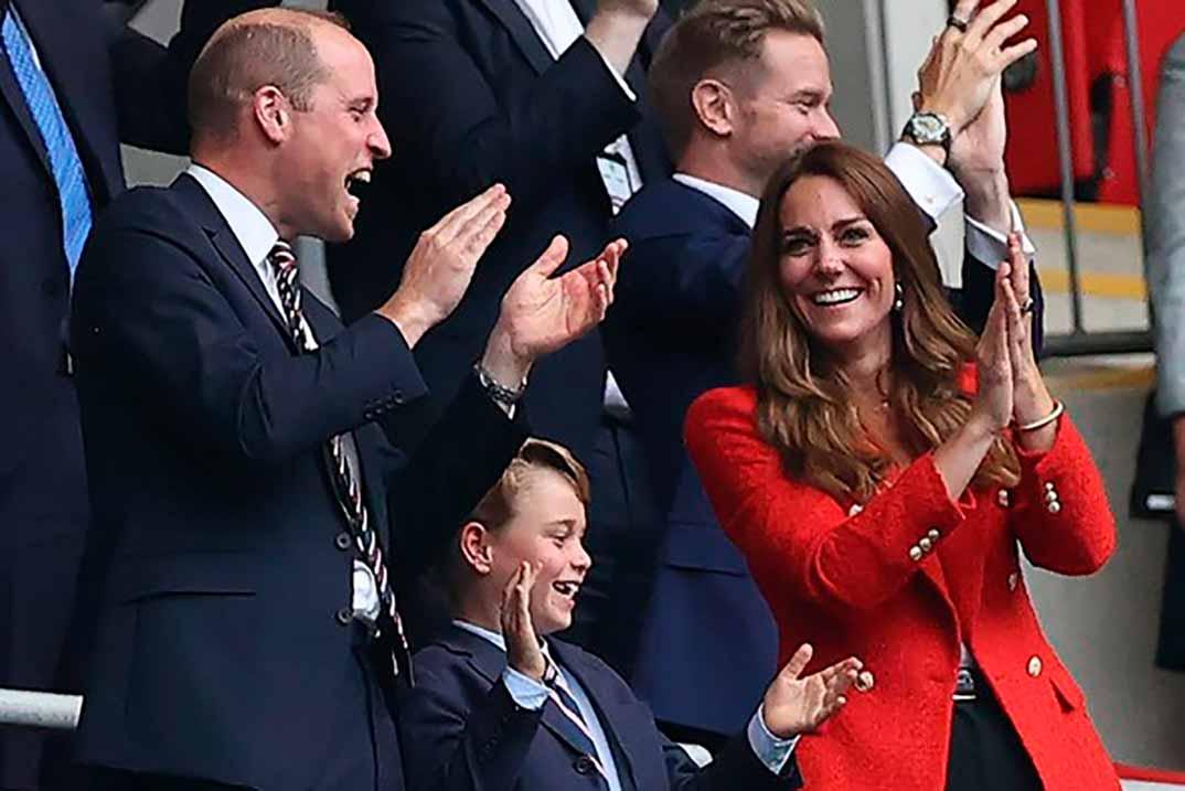 Kate Middleton agota su americana roja de Zara de rebajas