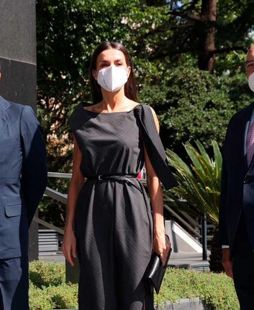 La reina Letizia luce el perfecto look working girl con un vestido reivindicativo
