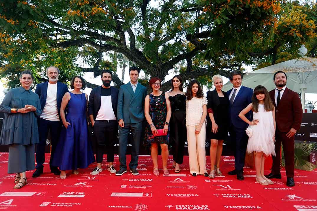 Paz Vega y Javier Rey con el equipo de 'La casa caracol' - Festival Málaga 2021 © Alex Zea