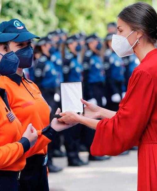 La reina Letizia, madrina de la Policía, con un magnífico vestido rojo italiano