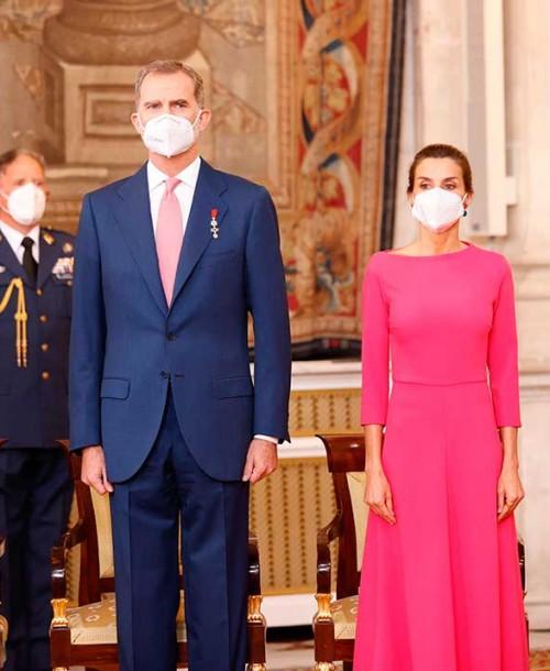 Los Reyes, acompañados de sus hijas, entregan las condecoraciones de la Orden del Mérito Civil