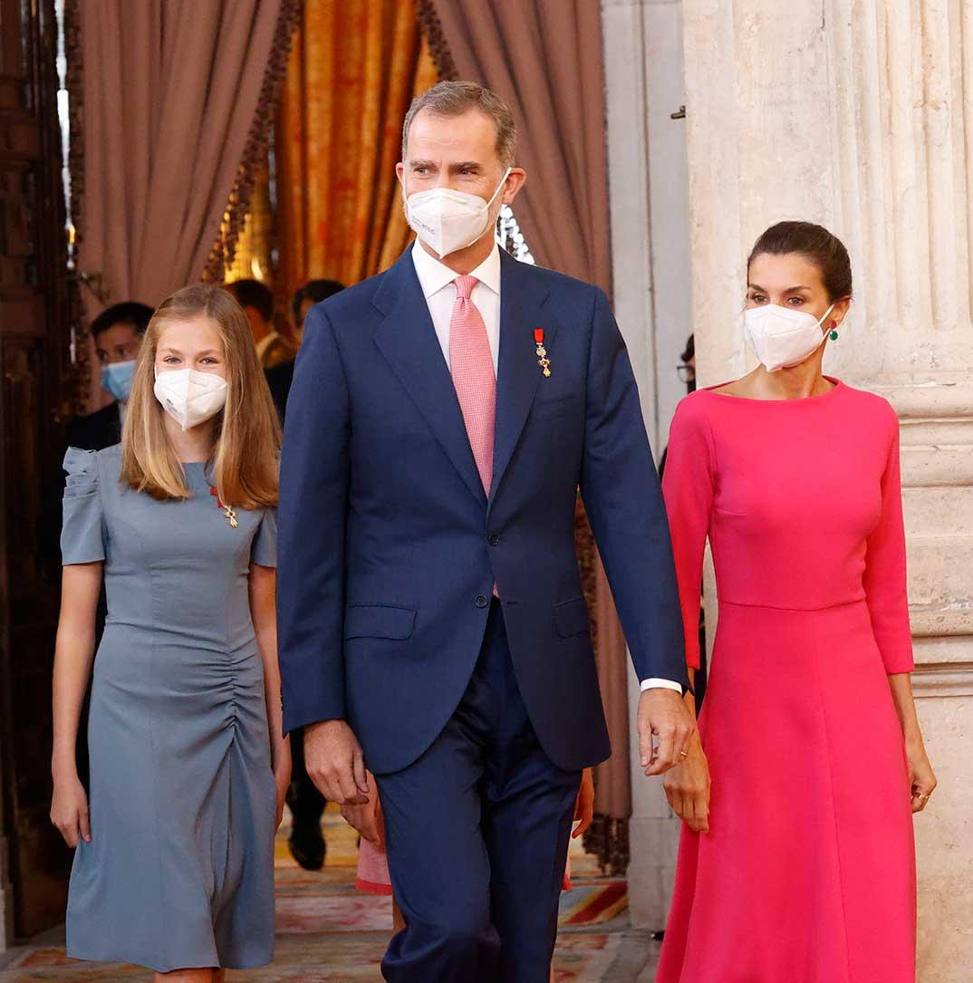 Reyes Felipe y Letizia con sus hijas © Casa S.M. El Rey