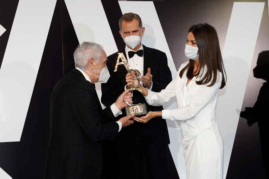 La reina Letizia triunfa con un vestido esmoquin blanco