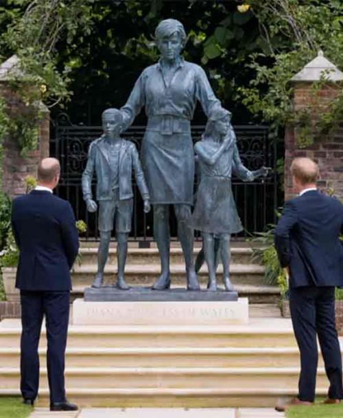 Los príncipes Guillermo y Harry muy emocionados rinden homenaje a su madre