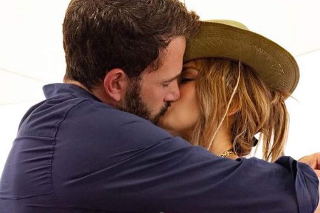 Jennifer Lopez y Ben Affleck hacen oficial su relación con un apasionado beso