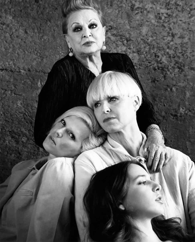 Palito Dominguín con su abuela Lucía Bosé, su madre Lucía Dominguín y su hermana Bimba Bosé © Instagram