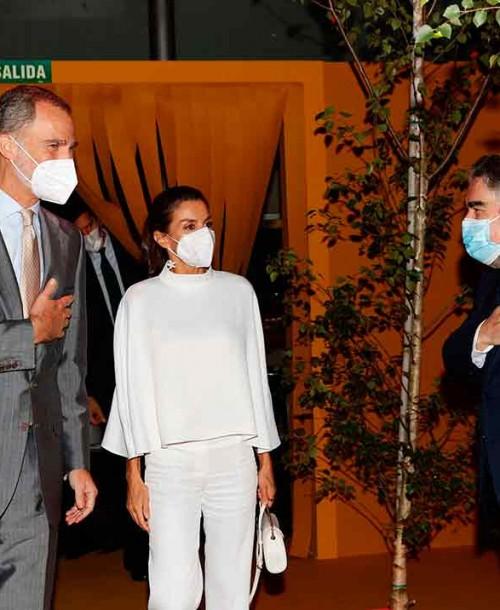 La reina Letizia estrena una blusa capa sostenible en la inauguración de ARCO