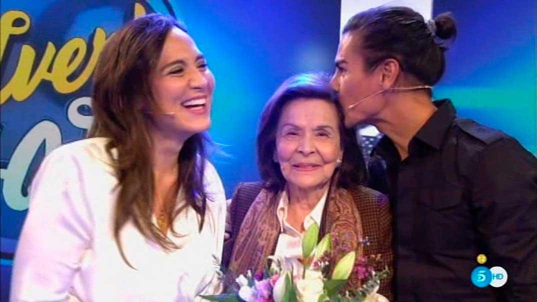 Beatriz Arrastia con sus nietos Tamara Falcó y Julio José Iglesias - Volverte a ver © Mediaset