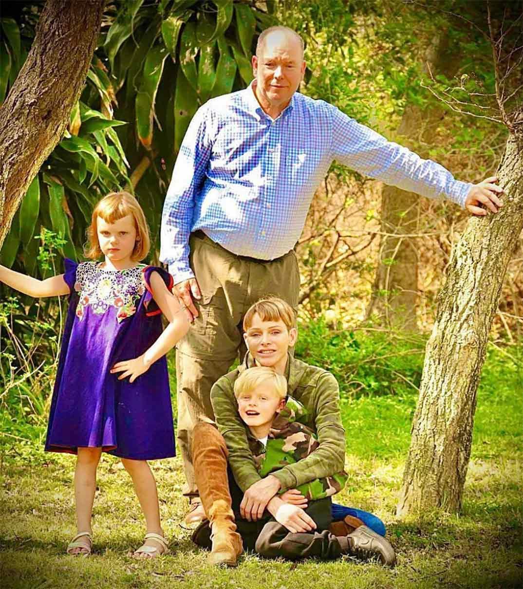 Charlene de Mónaco con el príncipe Alberto y sus hijos Jacques y Gabriella © hshprincesscharlene/Instagram